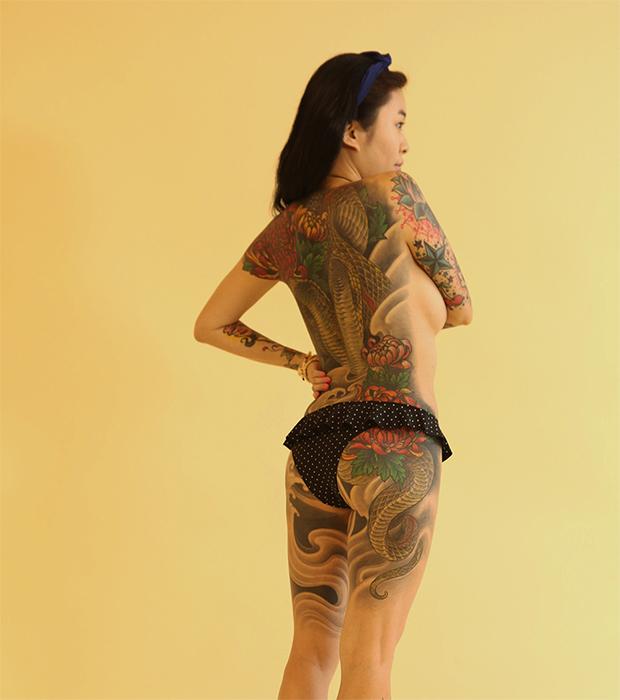而这次拍摄了很多我背上的纹身,都是杨卓做的,我不想总是暴露它,因为