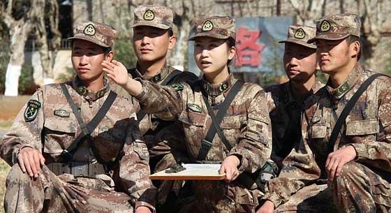 解放军美女班长领导7名男兵