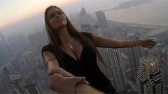 美女竟在高楼上做这种事…!